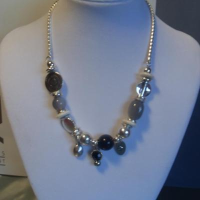 Collier perles, chaîne métal argenté et pampilles.