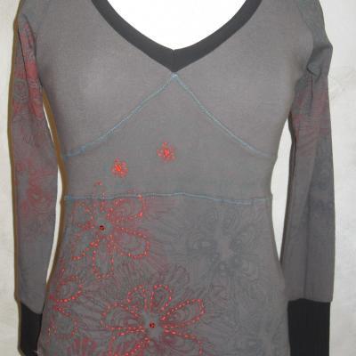 Tee-shirt Octavia vert kaki, imprimés et fleurs rouge brodées Smash.