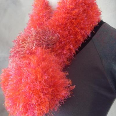 Echarpe fausse fourrure rose-orange.