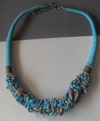 Collier turquoise, perles, cordons et tissu.