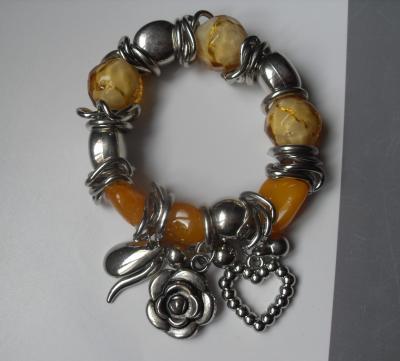 Bracelet jaune, métal argenté, perles, coeur et fleur.