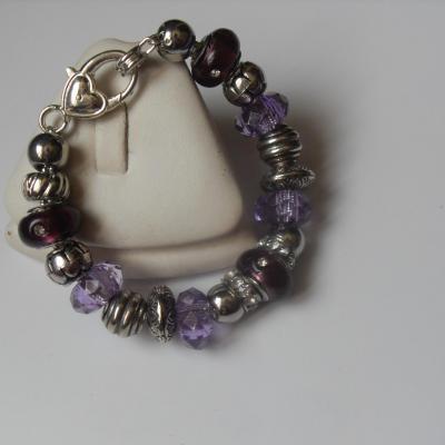 Bracelet violet, perles lampwork verre, métal, résine, strass et  fermoir mousqueton argenté.