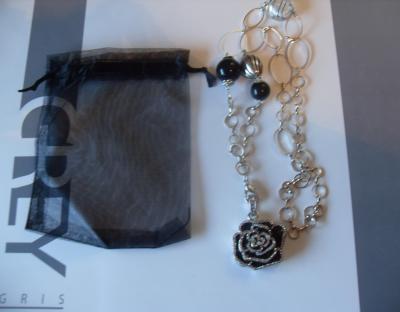 Sautoir clé-usb bijou, 8 gb, fleur noir métal et strass.