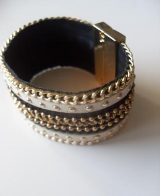 Bracelet manchette, multi-rangs lanières beiges et noires, chaînes dorées.