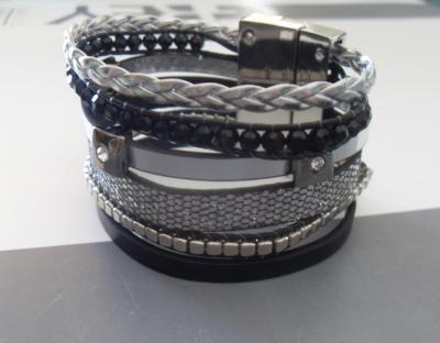 Bracelet manchette, multi-rangs strass, lanières et perles.