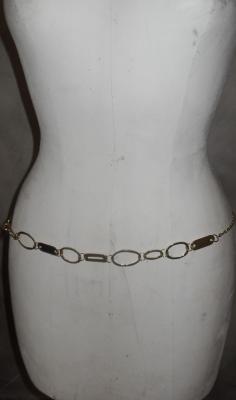 Ceinture-bijou dorée, cercles martelés, chaîne et maillons rectangles.