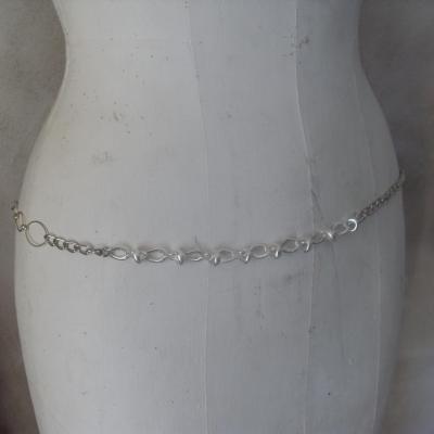 Ceinture-bijou, cercles ciselés, chaîne et maillons ovales.
