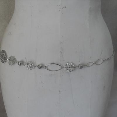 Ceinture-bijou, fleurs, perles et chaîne et maillons ovales.
