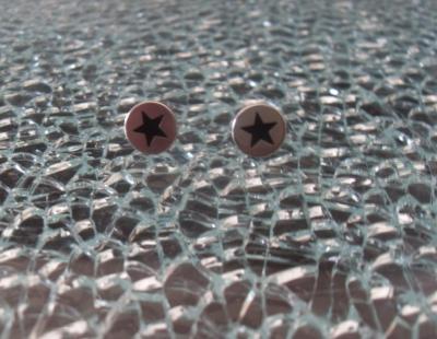 Boucles d'oreilles rondes, métal et étoile noire.