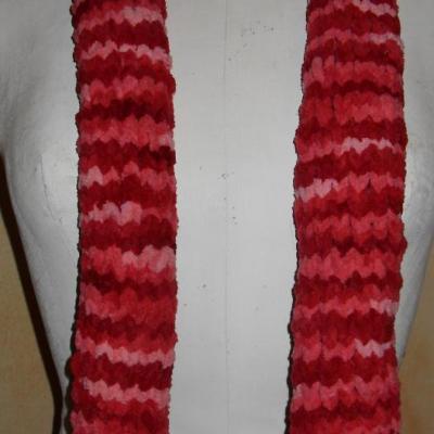 Echarpe longue, laine rose.