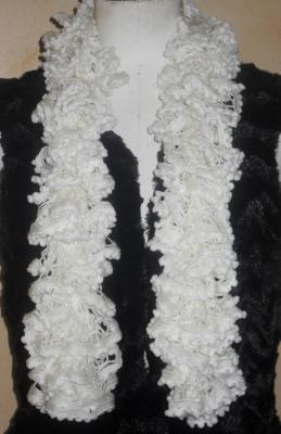 Echarpe frou-frou à volant et pompons blanche, laine ruban.