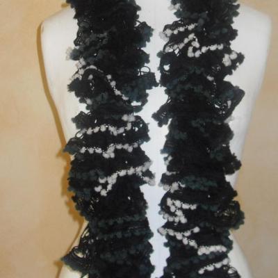 Echarpe frou-frou blanche, verte et noire à volant et pompons, laine ruban.