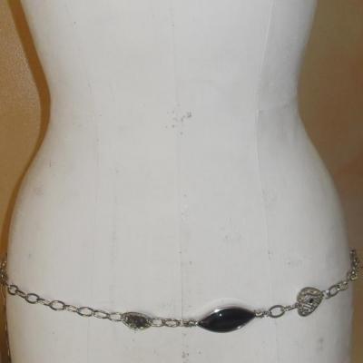 Ceinture-bijou, chaîne-coeur-strass et perles argentées et noires.