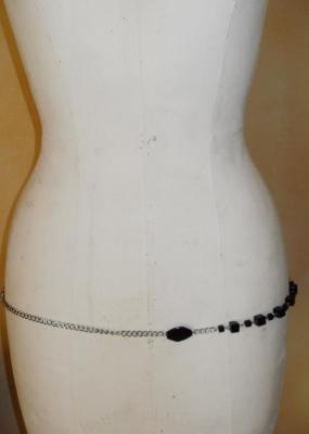 Ceinture-bijou, chaîne-cubes-perles plates argentées et noires.