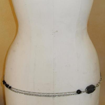 Ceinture-bijou, chaîne-maillons, grosse perle grise et perles noires.