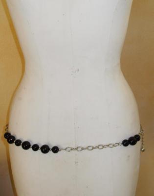 Ceinture-bijou, maillons métal argenté et perles noires.