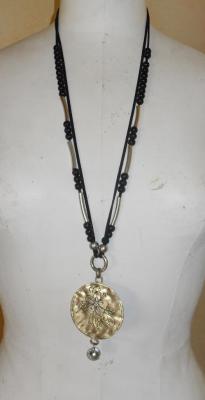 Sautoir noir perles et pendentif rond métal fleur et strass.