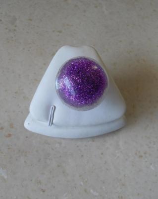 Bague cabochon dôme résine et paillettes violettes.