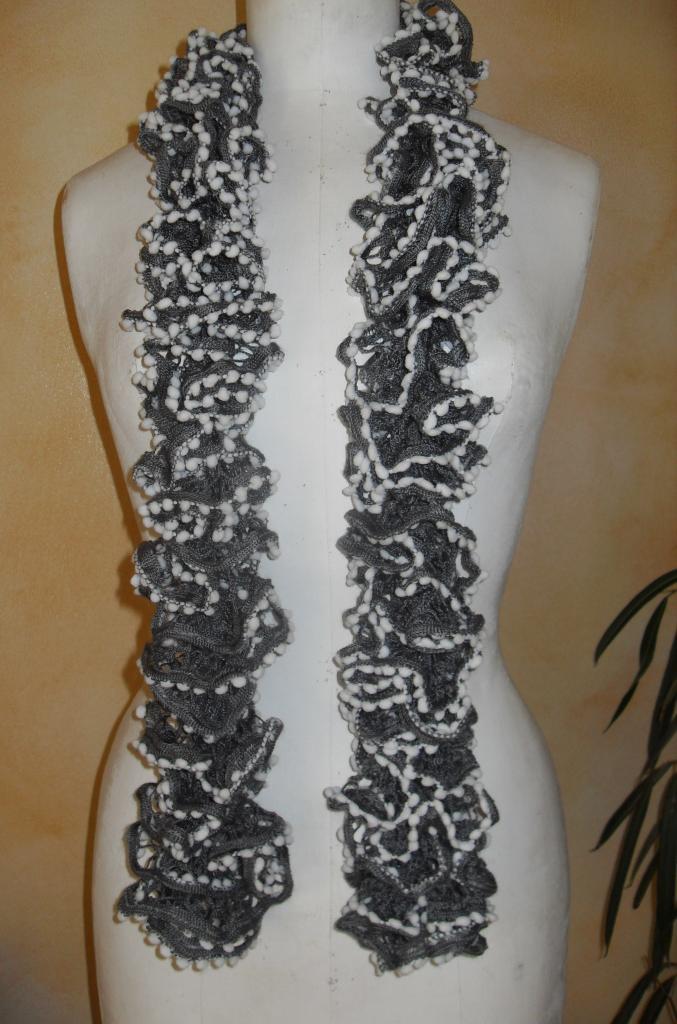 ee02789e4e76 Echarpe frou-frou grise à volant et pompons blanc, laine ruban.