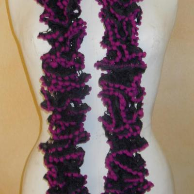 Echarpe frou-frou violette à volant et pompons fuschia, laine ruban.