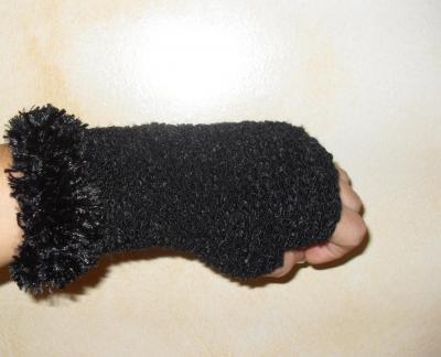 Mitaines noires, laine et fausse fourrure.