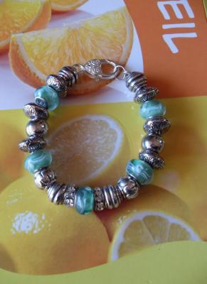 Bracelet perles lampwork verre, métal, résine, strass et son fermoir mousqueton argenté.