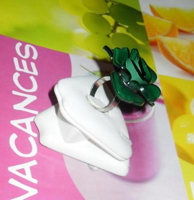 Bague fleur vert foncé en résine.