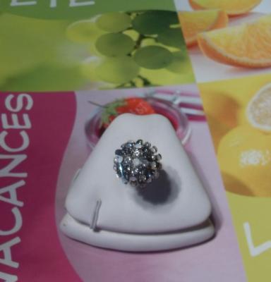 Bague boule, strass blanc-opaque et métal argenté.