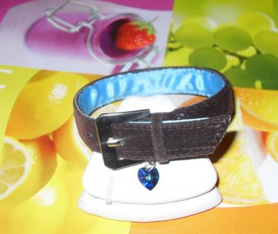 Collier petit chien, marron, strass bleus et son coeur en cristal de swarovski.
