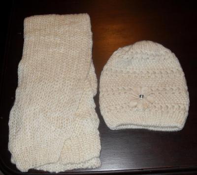 Echarpe laine beige et son bonnet fleur et strass.