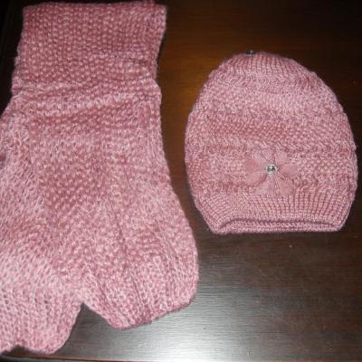 Echarpe laine rose et son bonnet fleur et strass.