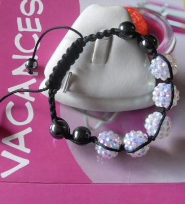 Bracelet shamballa, perles strass et hématites sur cordon noir réglable.