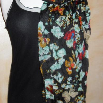 Foulard long, noir, motifs et papillons.