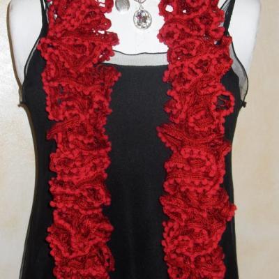 Echarpe frou-frou rouge à volant et pompons, laine ruban.
