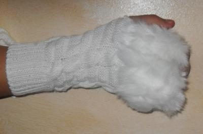 Mitaines blanches, laine et fausse fourrure.