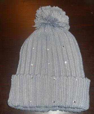 Bonnet laine gris, strass et pompon.