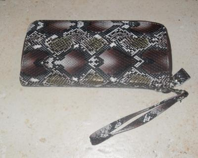 Porte-feuille, pochette marron imitation peau de serpent.