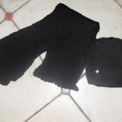 Echarpe laine noire et son bonnet fleur et strass.