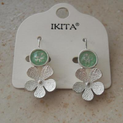 Boucles d'oreilles pendantes, vertes et fleur métal.