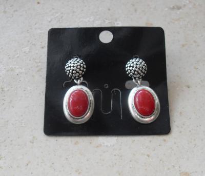 Boucles d'oreilles pendantes, ovales rouge et métal.