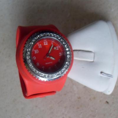 Montre ronde silicone rouge et strass, bracelet clic-clac.