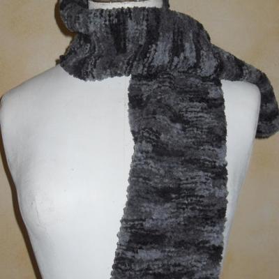 Echarpe laine chenille, grise et noire.