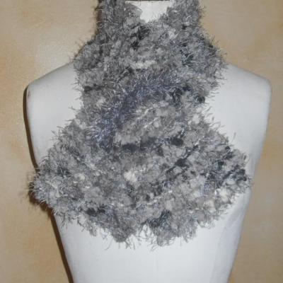 Echarpe fausse fourrure et laine boules, grise, blanche, noire.