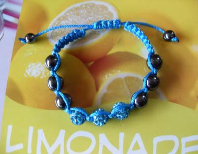 Bracelet shamballa turquoise, 3 sphères strass de verre et hématites sur cordon turquoise.