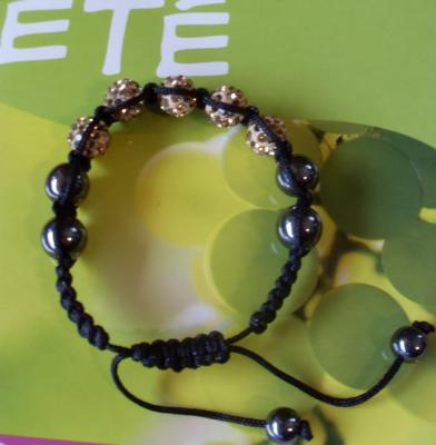 Bracelet shamballa beige, 4 sphères strass de verre et hématites sur cordon noir.