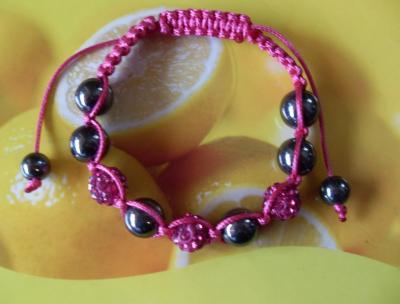 Bracelet shamballa rose, 3 sphères strass de verre et hématites sur cordon noir.