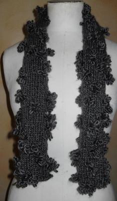 Echarpe grise, laine et  fleurs.