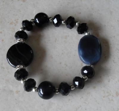 Bracelet noir et bleu, perles, cristal de swarovski, strass et porcelaine.
