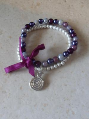 Bracelet violet-argenté perles , ruban et son charm's rond spirale.