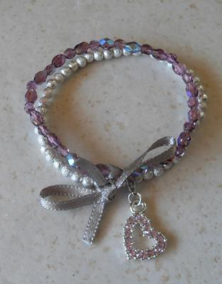 Bracelet violet-argenté perles swarovski, ruban et son charm's coeur strass.